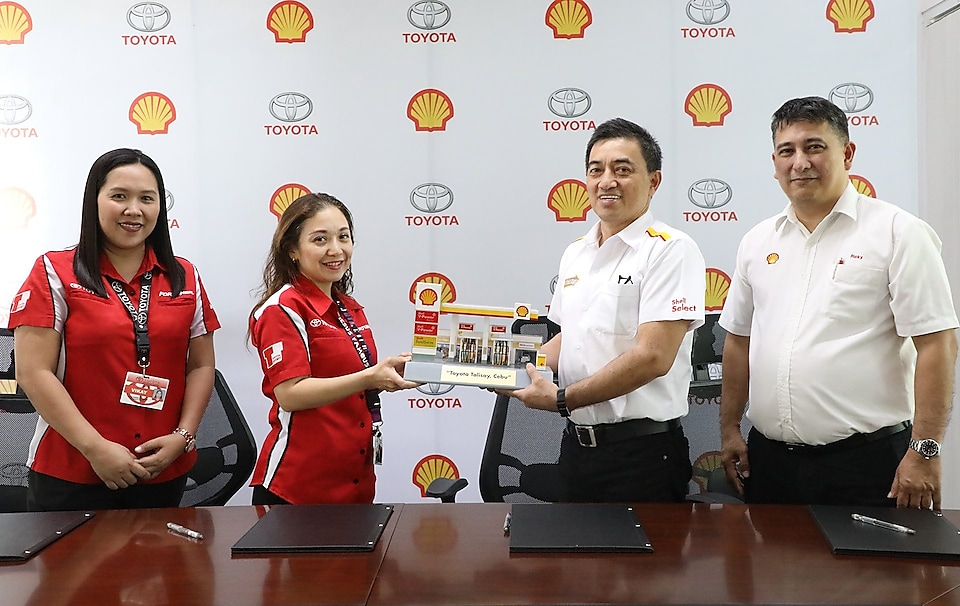 Pilipinas Shell Petroleum Corporation (PSPC) Vice President for Retail Anthony Lawrence Yam, PSPC District Manager for Visayas Ricky Altonaga, Toyota Team Cebu Dealer Principal Kirsten Cuenco Nakayama, and Toyota Talisay Vehicle Sales Manager Elevic Jocson