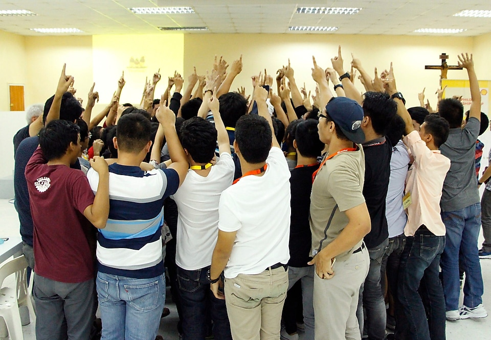 Shell-PhilDev scholars raising their hands in unity