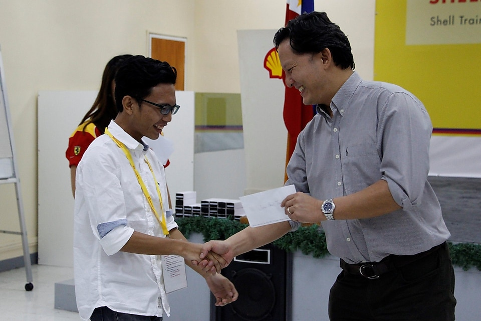Chips Guevarra handling a token to one of the best bookmark winners