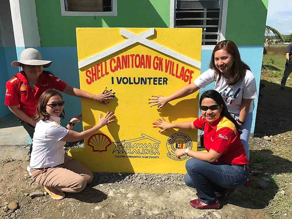 House painting volunteers in the Shell-GK Sitio Canitoan Village