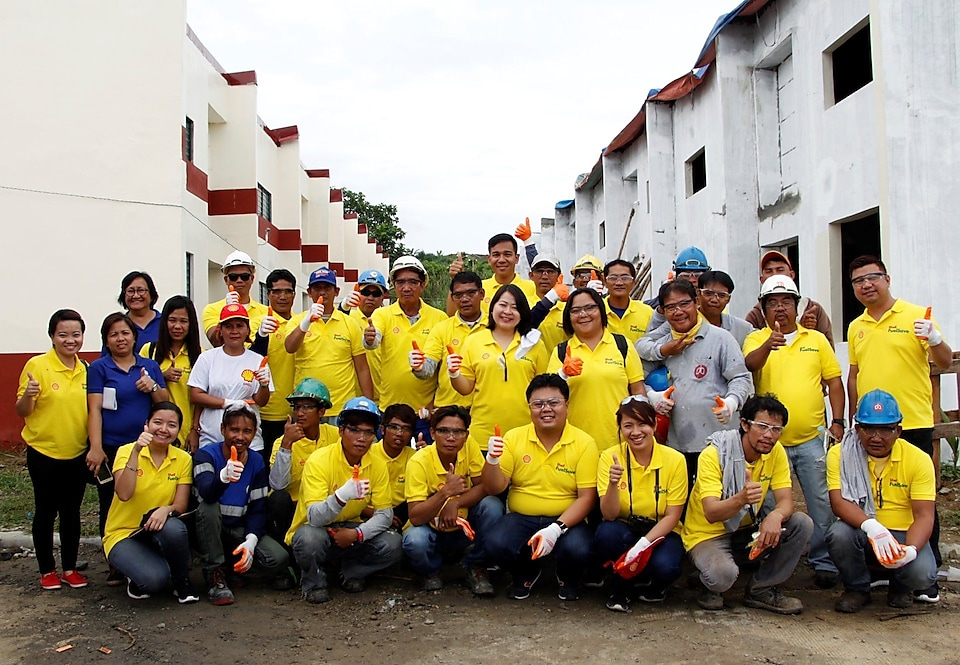 Shell volunteers together with HFH representatives