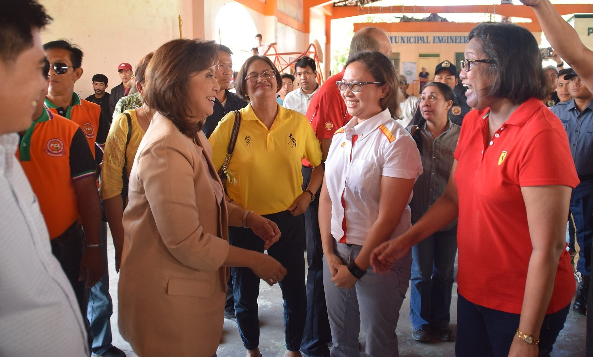 VP Leni happily meeting Pilipinas Shell officers during the Pasacao programme launch and MOA signing